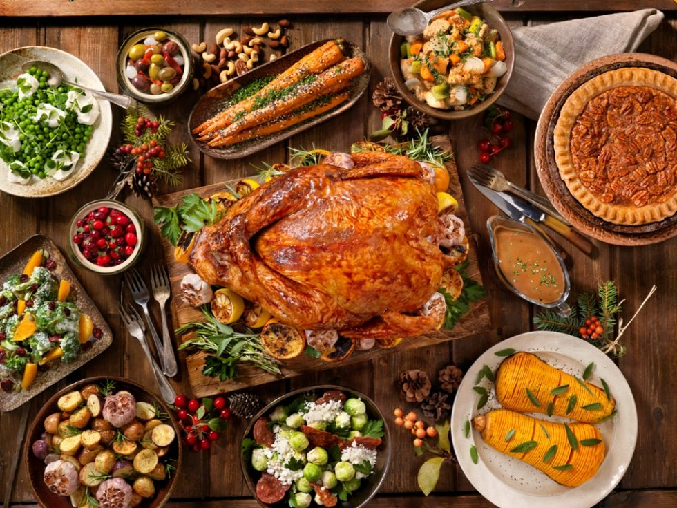 https://thefrenchgourmet.com/wp-content/uploads/2018/10/thanksgiving-dinner-family-meal.jpg